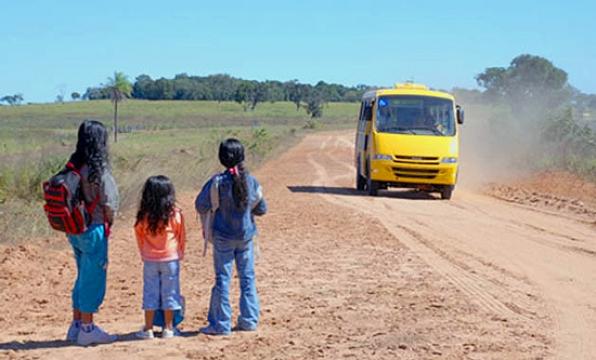 Estudantes são roubados em ponto de ônibus escolar na Linha C-25 de Monte Negro, em RO
