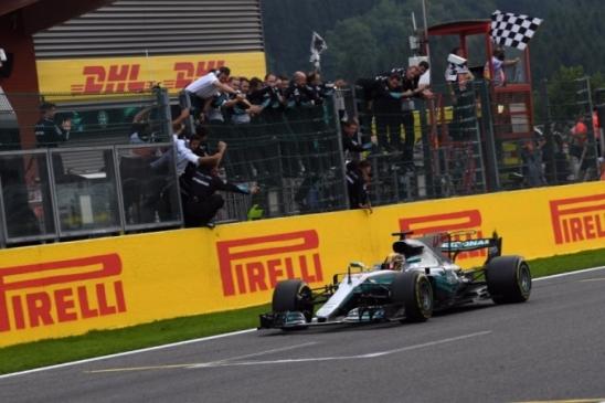 Hamilton reina em Spa, vence e diminui para 7 pontos a vantagem de Vettel