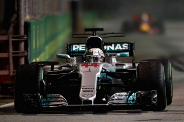 Após dupla da Ferrari bater na largada, Hamilton vence e se isola na liderança