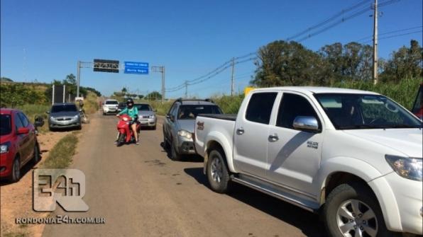 População em apoio a greve dos caminhoneiros fecha BR 421 na entrada da cidade de Monte Negro, em RO