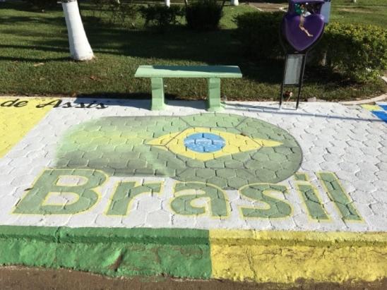 Calçada da Praça Municipal de Monte Negro é decorada para a Copa do Mundo 2018