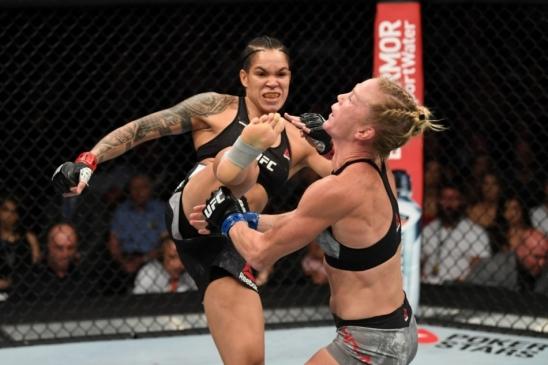 Com chute na cabeça, Amanda Nunes demole Holly Holm e defende título dos galos