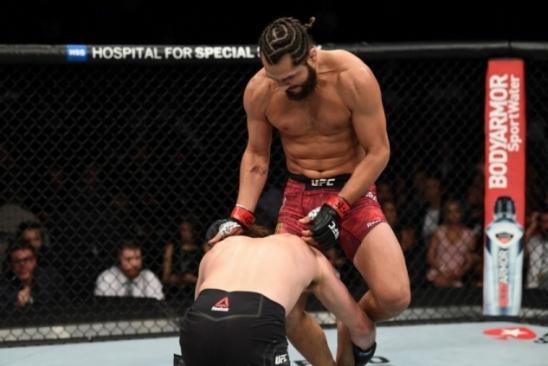 Masvidal acerta joelhada voadora, bate Ben Askren e anota nocaute mais rápido da história do UFC